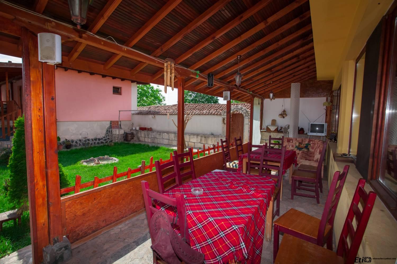 Лятна градина на семеен хотел Валдес